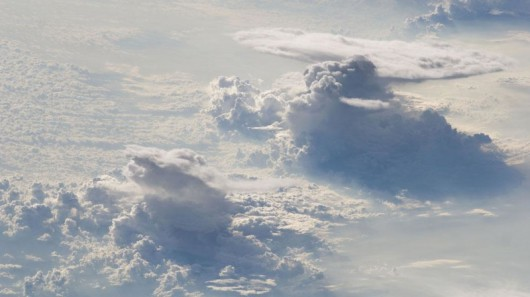 Warstwa chmur kłębistych i wypiętrzone Cumulusy we wschodnim Timorze