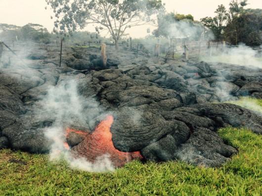 Hawaje, USA - Lawa z wulkanu Kilauea jest już 700 metrów od zabudować w miasteczku Pahoa 1