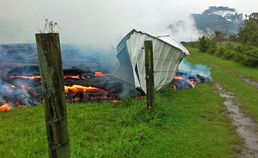 Hawaje, USA - Lawa z wulkanu Kilauea jest już 700 metrów od zabudować w miasteczku Pahoa 2