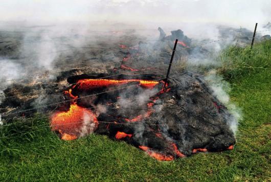 Hawaje, USA - Lawa z wulkanu Kilauea jest już 700 metrów od zabudować w miasteczku Pahoa 3