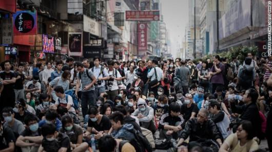 HongKong - Policja rozbiera barykady, a ludzie nadal prowadzą demonstracje z żądaniami pełnej demokracji 1