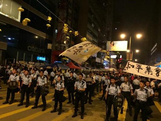 HongKong - Policja rozbiera barykady, a ludzie nadal prowadzą demonstracje z żądaniami pełnej demokracji 2