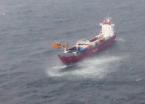 Kanada - Rosyjski kontenerowiec z setkami ton oleju napędowego w zbiornikach dryfuje wzdłuż zachodniego wybrzeża