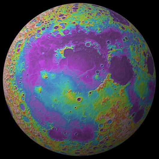 Mapa Księżyca z oznaczeniem wysokości. Obszary najnizej położone zaznaczono na fioletowo, najwyżej, na czerwono /Jay Dickson / Brown University /