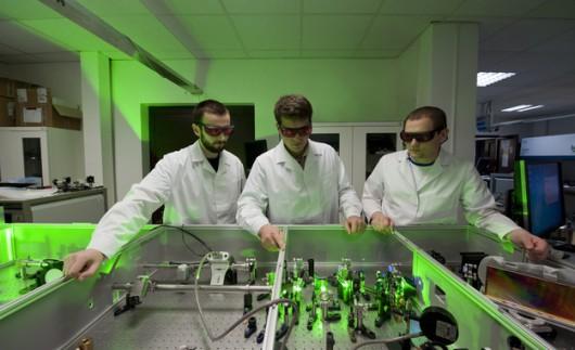 Od lewej: Tomasz Fok, Yuriy Stepanenko i Łukasz Węgrzyński z Centrum Laserowego IChF PAN i FUW. /IChF PAN, Grzegorz Krzyżewski /