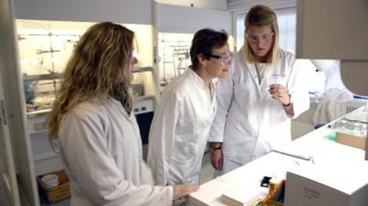 Profesor Christine McKenzie (w środku) w laboratorium /University of Southern Denmark /