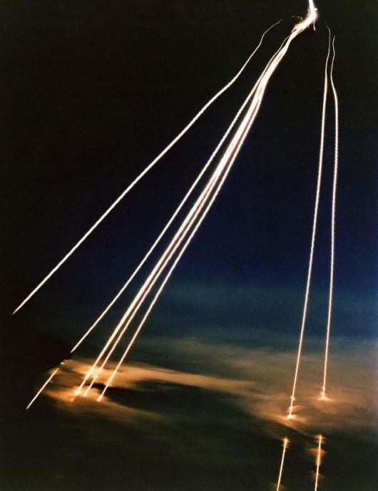 Spadające z krawędzi kosmosu amerykańskie głowice termojądrowe. Uwolniła je jedna rakieta Peacekeeper. Każda głowica ma indywidualnie wyznaczany cel, w który jest w stanie trafić z dużą precyzją