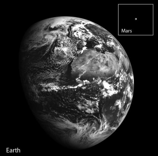 Ziemia i ośmiokrotnie powiększony Mars na zdjęciu sondy LRO /NASA/GSFC/Arizona State University /