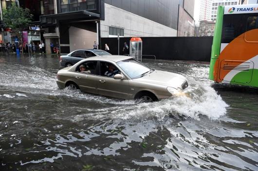 Brisbane, Australia - Prawie 70 tysięcy domów bez prądu z powodu potężnej nawałnicy 6