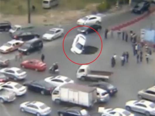 Chiny - Lej krasowy pochłonął samochody