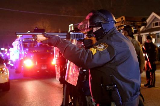 Ferguson, USA - Kolejna noc zamieszek