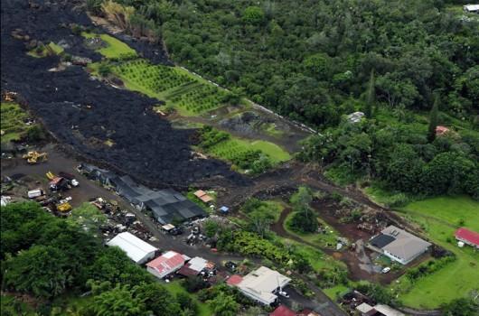 Hawaje, USA - Lawa z wulkanu Kilauea jest już obok zabudowań