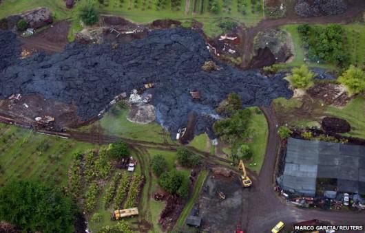 Hawaje, USA - Lawa z wulkanu już zaledwie 100 metrów od zabudowań 2