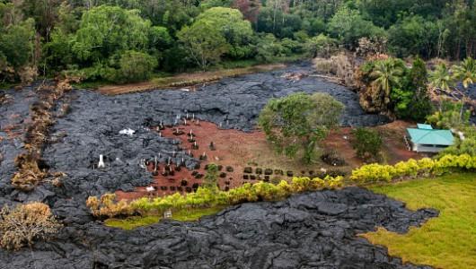 Hawaje, USA - Lawa z wulkanu już zaledwie 100 metrów od zabudowań