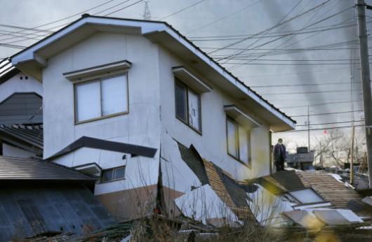 Japonia - Silne trzęsienie ziemi, magnituda 6.8, uszkodzone domy w miejscowości Hakuba 4