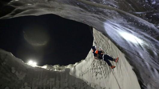 Jeden z badaczy schodzący po ścianie tajemniczej dziury w syberyjskiej ziemi. Vladimir Pushkaryov/PAP/ITAR-TASS