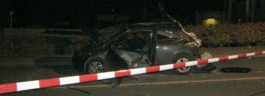 Moehnesee, Niemcy - Zniszczony samochód i dwie kobiety ciężko ranne na skutek wybuchu, użyły w samochodzie dezodorantu i zapalniczki przypalając papierosa