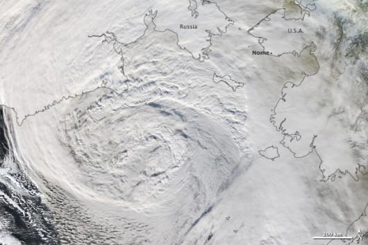 Nacierający przez Morze Beringa w stronę Alaski potężny sztorm