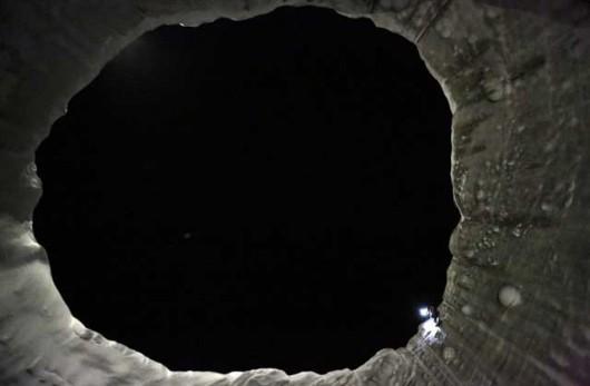 Rosja - Zespół badawczy zdecydował się zejść w głąb tajemniczego krateru 3