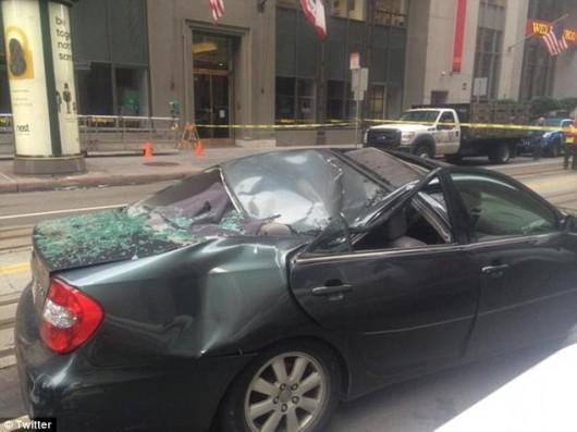 San Francisco, USA - Z jedenastego piętra spadł na samochód pracownik myjący okna 2