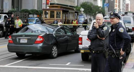San Francisco, USA - Z jedenastego piętra spadł na samochód pracownik myjący okna