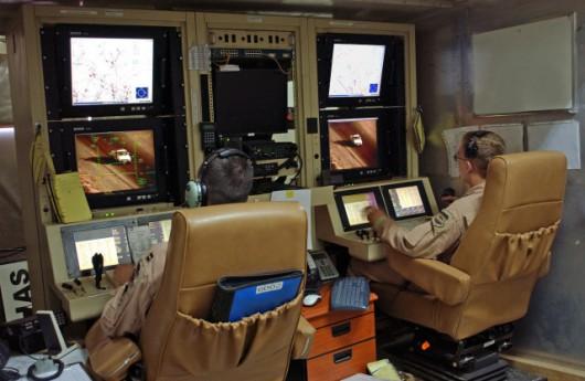 Stacja kontroli Predatora. Po lewej siedzi pilot, po prawej operator sprzętu rozpoznawczego