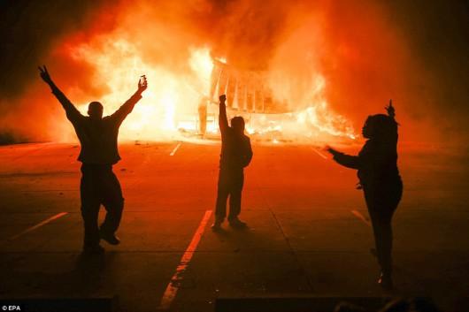 USA - Zamieszki w Ferguson opanowane przez policję i Gwardię Narodową 3
