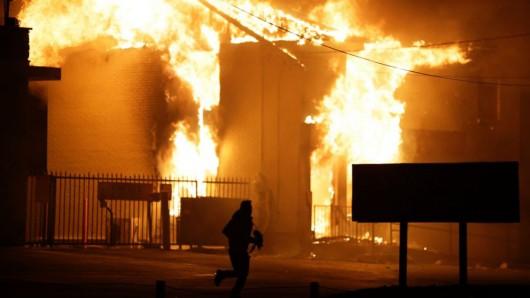 USA - Zamieszki w Ferguson opanowane przez policję i Gwardię Narodową 6