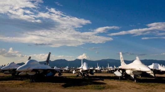 W bazie stoi ponad pół tysiąca F-16. Większość jest szykowana do przebudowania na latające cele