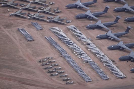 Z prawej wielkie transportowce C-5 Galaxy, u góry bombowce B-52 Stratofortress a po środku dziesiątki śmigłowców transportowych i grupka szturmowych A-10 Warthog