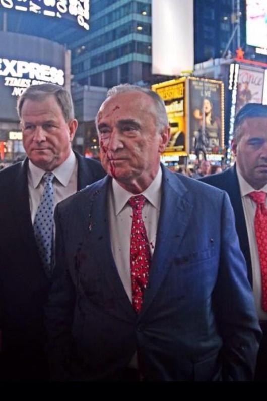 szef nowojorskiej policji został oblany sztuczną krwią