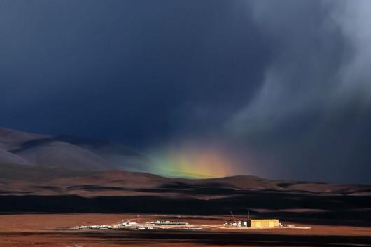 Chile - Niezwykłe zjawisko, tęcza nad pustynią Atakama