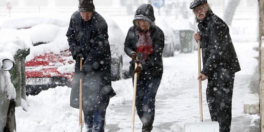 Zagreb, 28.12.2014 -  U gradu i okolici pao obilan snijeg koji otezava promet pjesaka i automobila