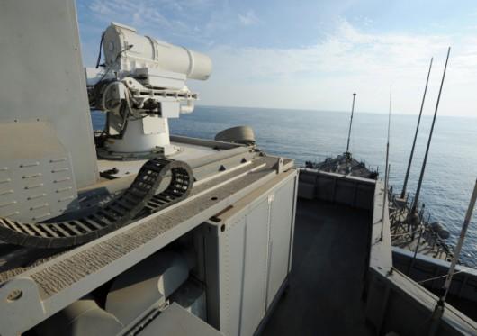 Laser umieszczono na prowizorycznym stanowisku na dachu mostka USS Ponce