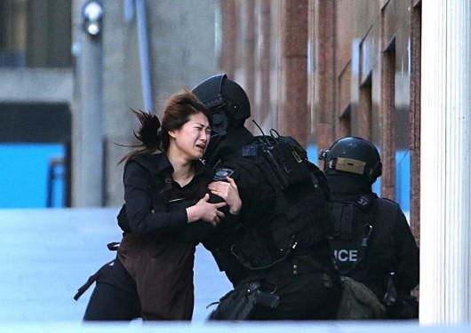 Sydney, Australia - Policja odbiła zakładników, zginęły dwie osoby, w tym terrorysta