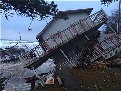 USA - Ulewne deszcze i sztorm, ewakuowano tysiące Kalifornijczyków 2