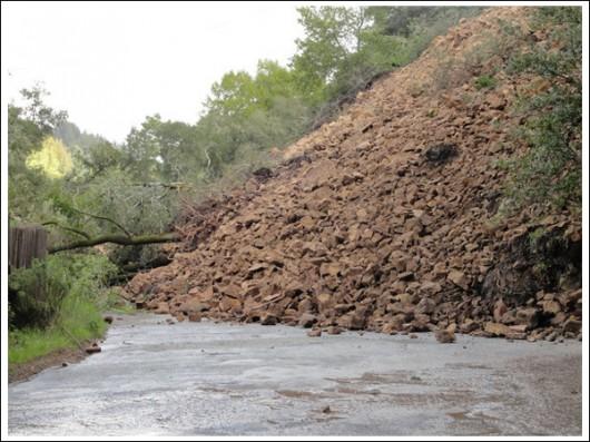 USA - Ulewne deszcze i sztorm, ewakuowano tysiące Kalifornijczyków