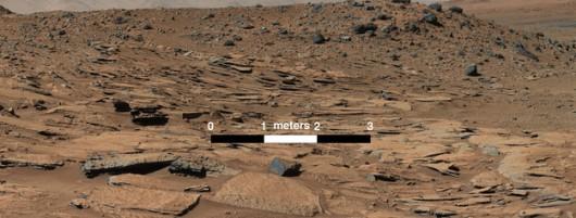 Widok na pochyłę warstwy skalne, przypominające rzeczną deltę /NASA/JPL-Caltech/MSSS /