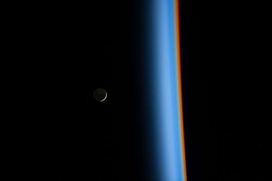 Wschodzący Księżyc nad ziemską atmosferą
