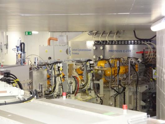 Źródło protonów, izochroniczny cyklotron Proteus C-235 firmy Ion Beam Applications