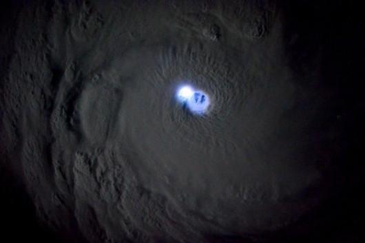 Błyskawice w oku cyklonu Bansi