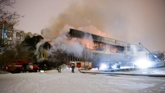 Moskwa, Rosja - Duży pożar biblioteki Rosyjskiej Akademii Nauk