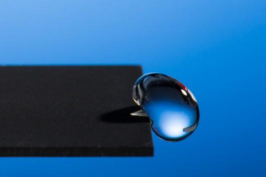 Powierzchnia metalu modyfikowana za pomocą lasera prawie doskonale odpycha cząsteczki wody