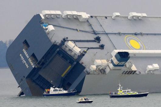 Southampton, UK - Awaria statku Hoegh Osaka z 1400 luksusowymi autami na pokładzie 1
