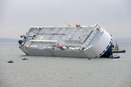 Southampton, UK - Awaria statku Hoegh Osaka z 1400 luksusowymi autami na pokładzie 2