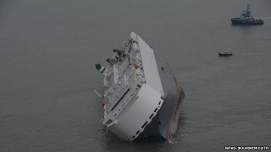 Southampton, UK - Awaria statku Hoegh Osaka z 1400 luksusowymi autami na pokładzie 3