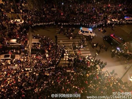 Szanghaj, Chiny - 36 osób zostało zdeptanych ze skutkiem śmiertelnym przez tłum podczas Sylwestra, 47 osób zostało rannych