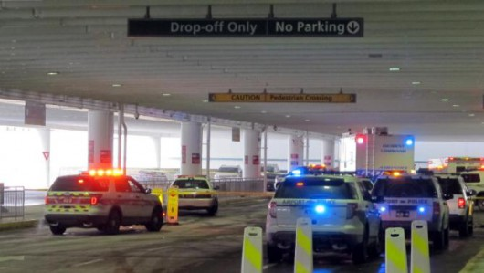 USA - Na lotnisku w stanie Ohio mężczyzna z nożem rzucił się na policjantów