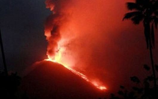 Wyspa Sulawesi, Indonezja - Wybuchł wulkan Soputan, dym i środki piroklastyczne poleciały na 6.5 kilometra do góry