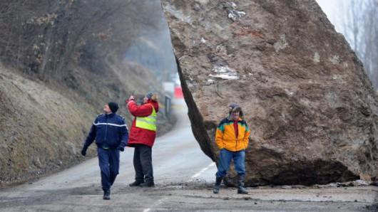 Francja - Potężny głaz zablokował drogę prowadzącą do kurortu narciarskiego Val Thorens w Alpach 1